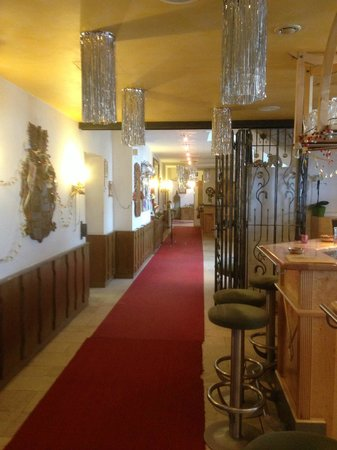 Hotel Alpenrose: Corridor to the left at the restaurant door