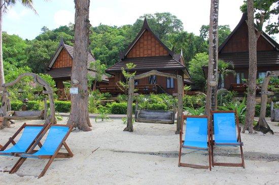 Phi Phi Paradise Pearl Resort: Vue de la plage sur le bungalow