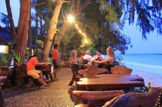 Phi Phi Paradise Pearl Resort: Restaurant extérieur 