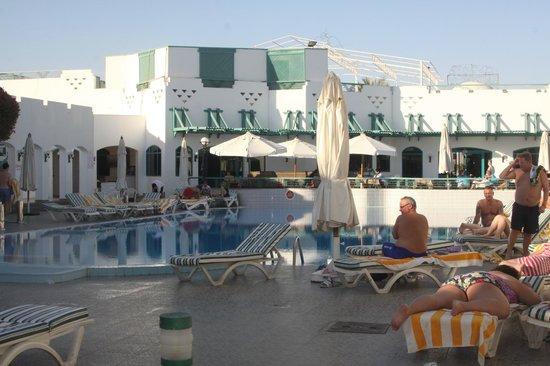Falcon Hills Hotel: бассейн