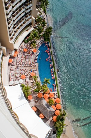 Sheraton Waikiki: Pool area view from balcony