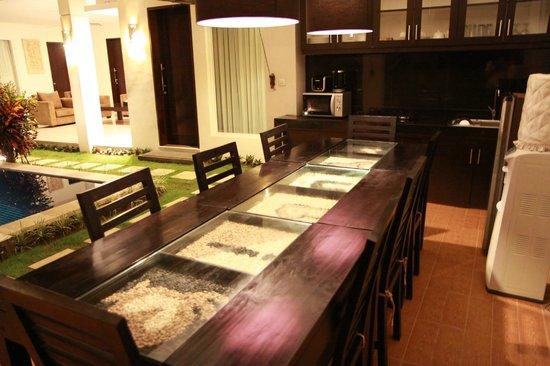 Bali Yubi Villa: kitchen