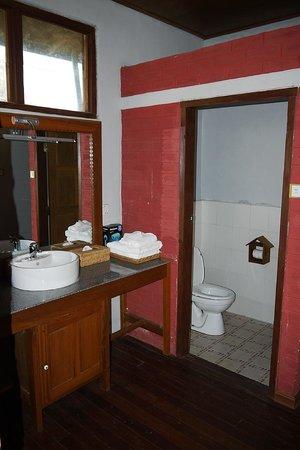 PYI Guesthouse and Restaurant: Bathroom area