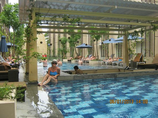 Ananta Legian Hotel: Mini bar betwen large pool and kids wading pool