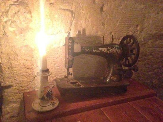 La Uascezze: cena a lume di candela e antica macchina da cucire