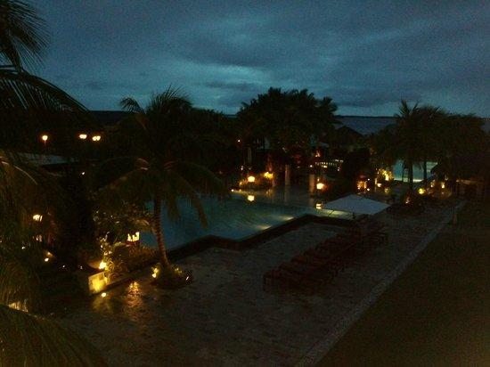Crimson Resort and Spa, Mactan: 夜明け前のライトアップされたプール