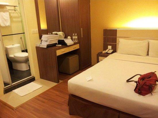Seasons View Hotel - Kuantan: Compact room but comfortable (windowless, connecting door)