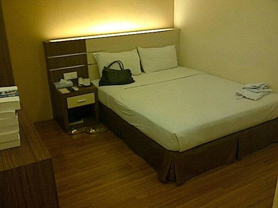 Seasons View Hotel - Kuantan: Compact room, flat screen tv, small wardrobe.