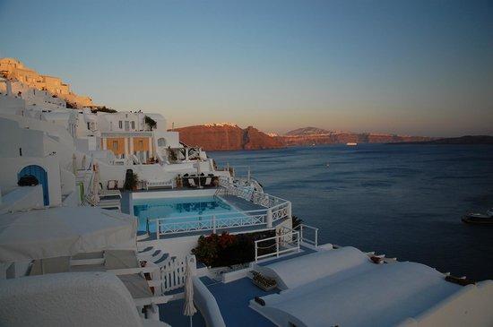 La Perla Villas: piscina al tramonto