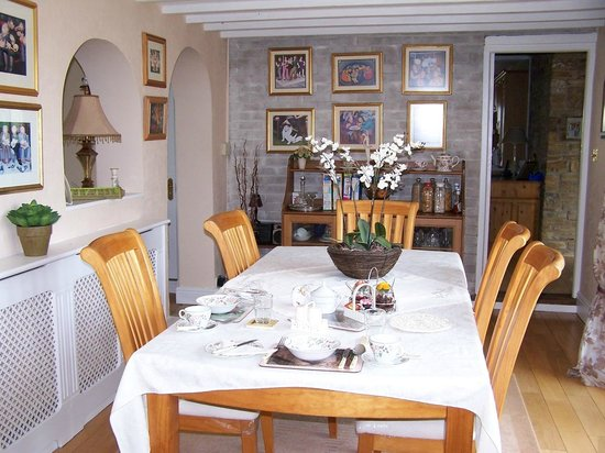 Secret Garden Bed and Breakfast: Spacious Breakfast Room