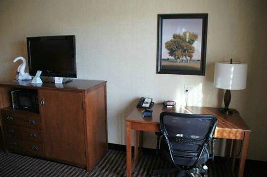 Best Western Plus Bryce Canyon Grand Hotel: Schreibtisch und Flachbildfernseher