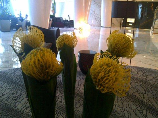 Four Seasons Hotel Guangzhou: Reception floral decor