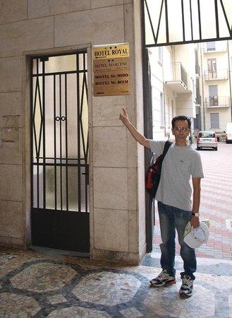 Royal Hotel: Табличка видна не с улицы, а когда входишь в подъезд
