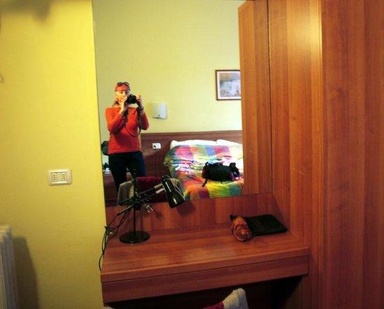 Royal Hotel: Номер, отраженный в зеркале