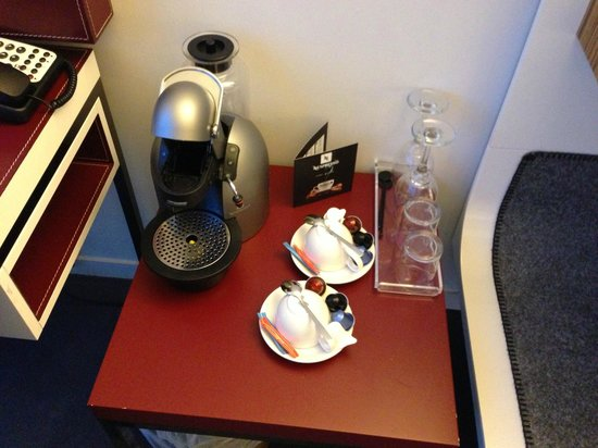 Radisson Blu Hotel, Birmingham: Coffee machine in the upgraded room, Nice touch