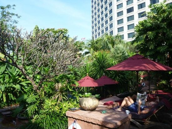 ‪‪Sheraton Grande Sukhumvit, A Luxury Collection Hotel‬: Lounges at Pool‬