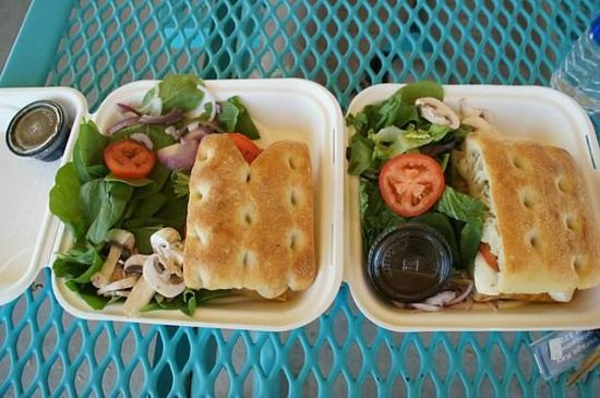 Escalante Outfitters Cafe: Focaccia Sandwiches mit Salat