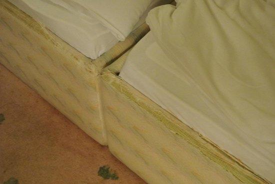 ENZIANA Schlosshotel Krumbach: Abgewetztes Bett