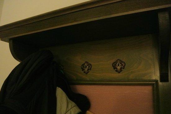 ENZIANA Schlosshotel Krumbach: Defekte Garderobe