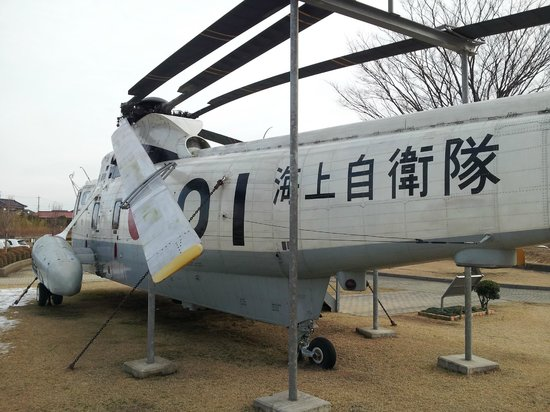 Ishikawa Aviation Plaza: 建物前広場の自衛隊ヘリコプター