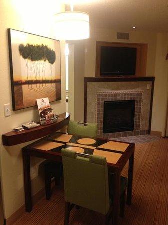 Residence Inn Toledo Maumee: dining/fireplace