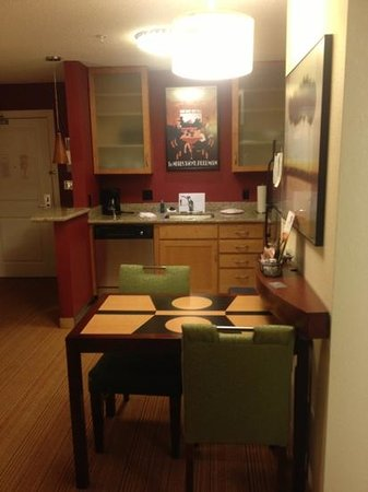 Residence Inn Toledo Maumee: dining/kitchen