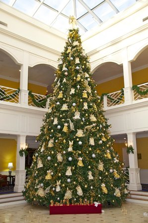 The Founders Inn and Spa: Grand entrance to Swan terrace in Holiday Splendor