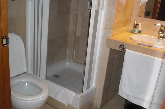 Hotel Calasanz: Douchecabine, beetje klein. 
