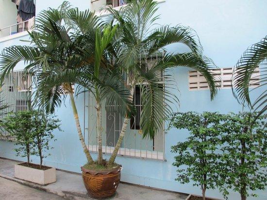 VareeVara Apartment: 通路側から見た部屋(柵があるので、外部から侵入されることもありません。)