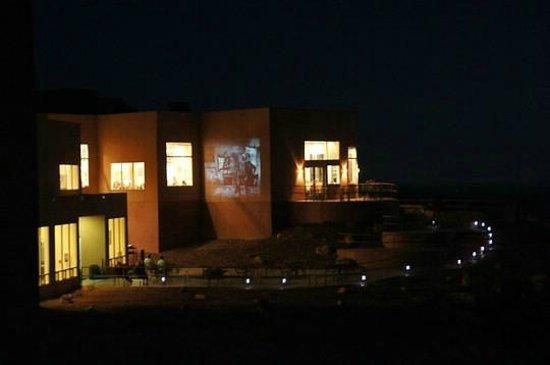 abends gibt es einen Kinofilm an der Hauswand