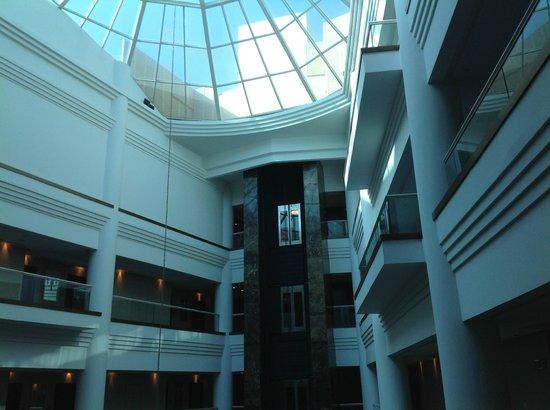 Millennium Hotel Doha: Le toit qui recouvre le lobby