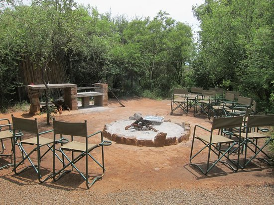 Mosetlha Bush Camp & Eco Lodge: Sit around the fire in the evenings