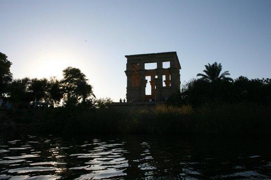 Philae, Egypt: Puesta de sol desde la presa de Assuán