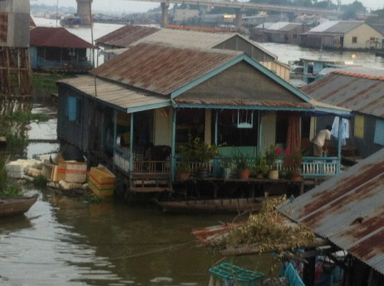 Thuan Loi Hotel: floating house just in front of the hotel