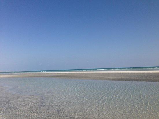 Masirah Island Resort: Strand bei Ebbe