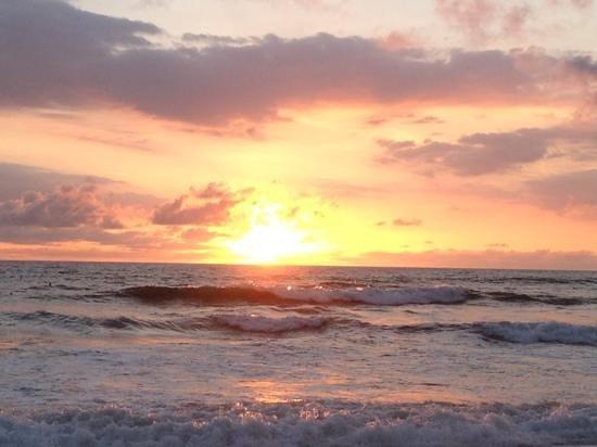 Casa del Mar Surf Destiny: puesta de sol a unos metros del hostel
