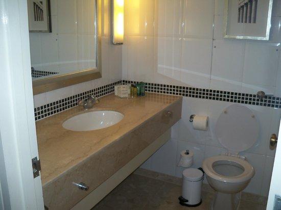 Hilton London Gatwick south terminal: Clean Bathroom in triple room