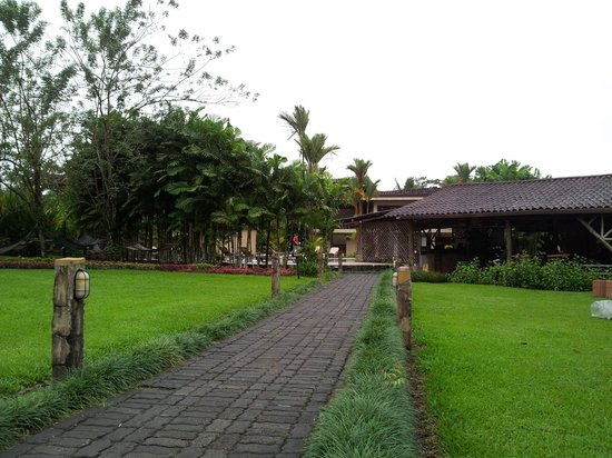 Arenal Backpackers Resort: Front walkway