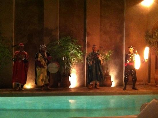 Riad Noir d'Ivoire: live entertainment by the outdoor pool.
