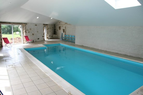 Piscine int rieure 8x4 m chauff e picture of chateau du for Piscine 8x4