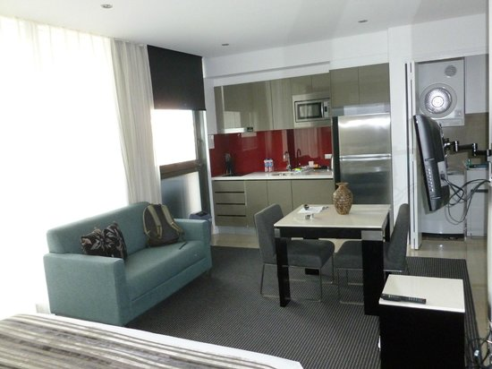 Meriton Serviced Apartments Campbell Street: Living/dining and kitchen areas