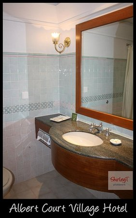 Village Hotel Albert Court by Far East Hospitality: Bathroom with Big Mirror, Amenities, Hot Water
