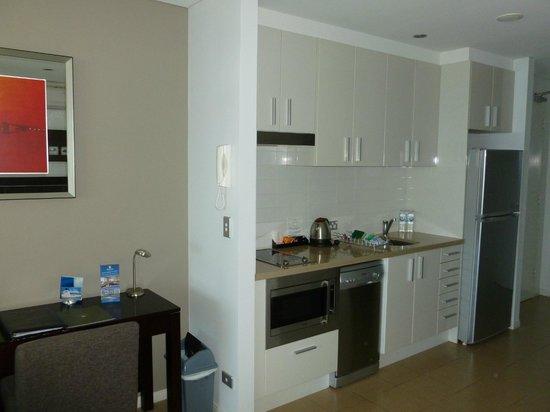 Meriton Suites Broadbeach: Kitchen Area