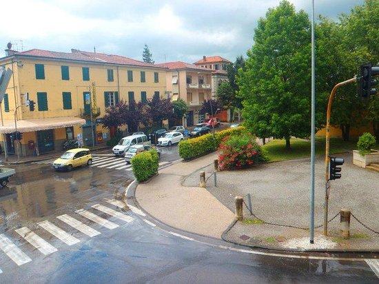 Lucca, إيطاليا: Vista desde uno de los salones de clase hacia Sant'Anna 