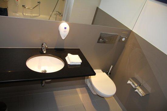 Park Inn by Radisson Liege Airport: Clean Stylish Bathroom 1