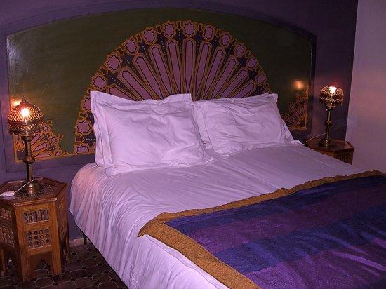 Riad Dar Nejma : Mooie versierd bed