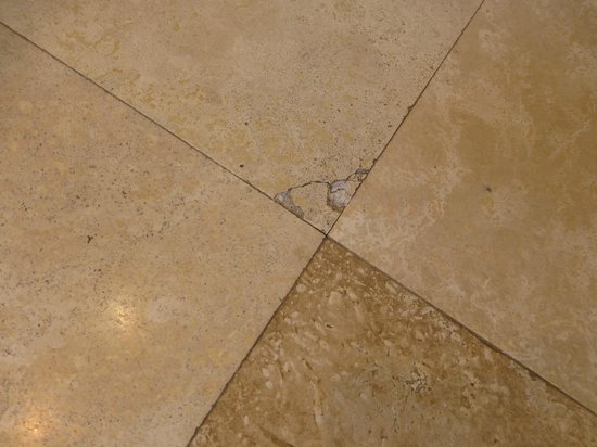 Ocean Eleven Guesthouse: Chipped tile