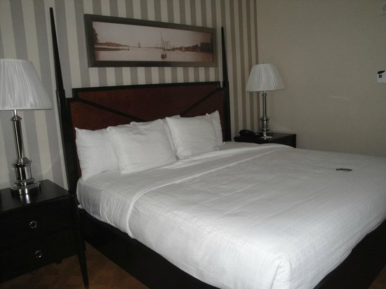 Gaylord National Resort & Convention Center: Crisp, clean bedding with contrasting striped wallpaper