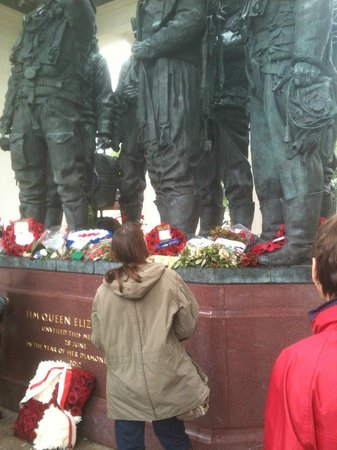 Bomber Command Memorial: The Queens wreath