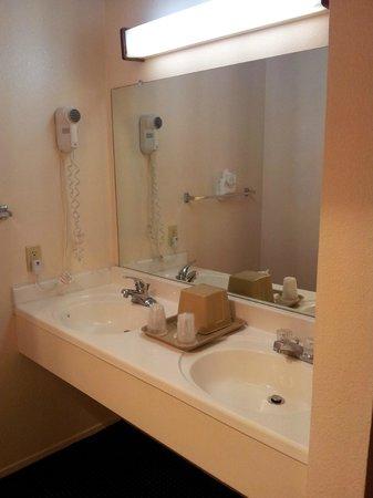 Courtesy Inn San Simeon: Les lavabos sont dans la chambre...